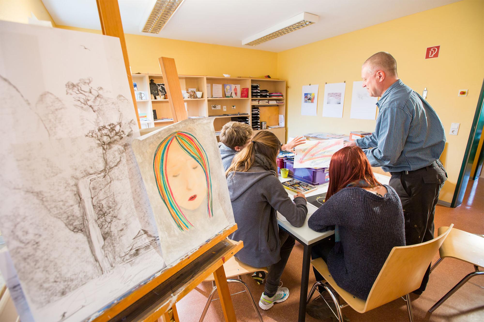 Jugendliche beim zeichnen