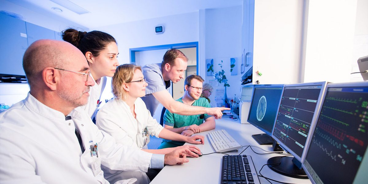 Mediziner betrachten Herz Werte am Monitor