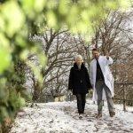 Patientin macht einen Spaziergang mit einem Arzt