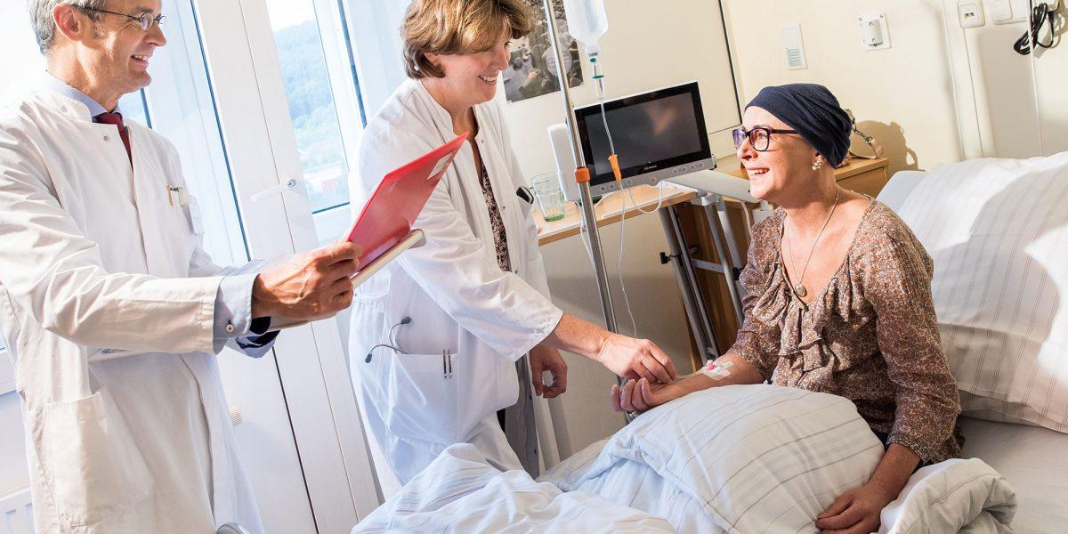 Prof. Dr. Reimer und seine Kollegin sprechen mit einer Patientin