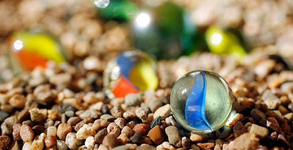 Glasperlen im Kies