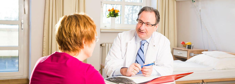 Arzt mit Patientin in Sprechstunde