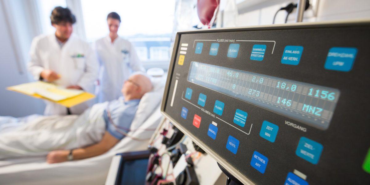 Ärzte reden mit einem Patienten am Bett