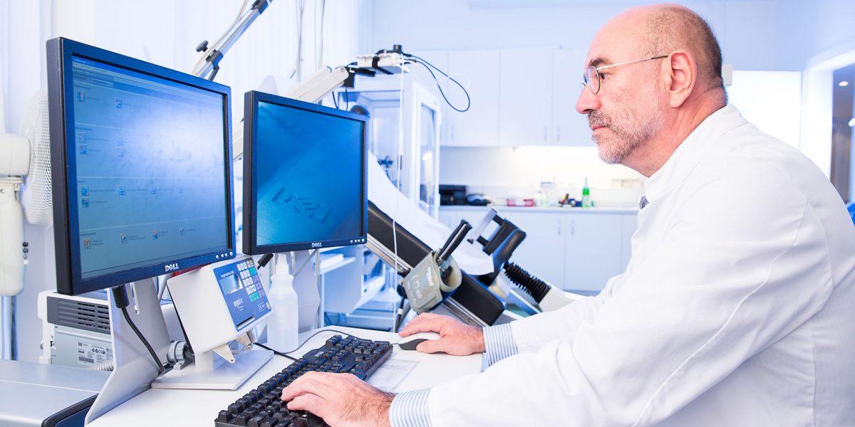 Dr. Koslowski arbeitet am Computer