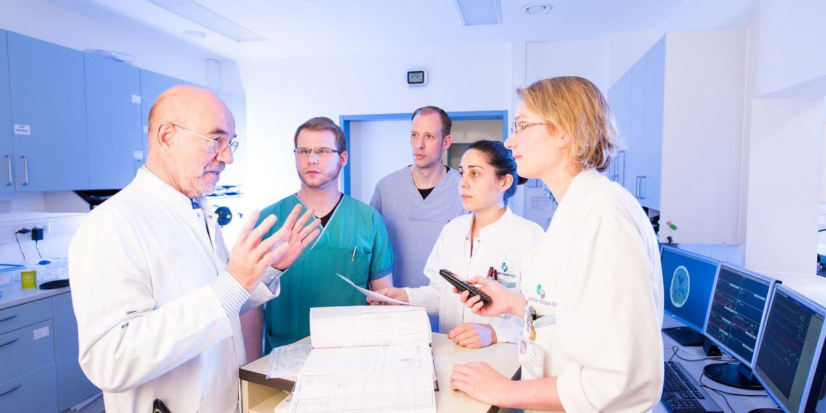 Dr. Koslowski und sein Team in einer Besprechung