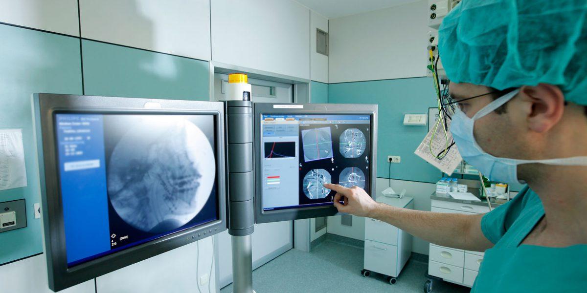 Arzt untersucht Röntgenaufnahmen