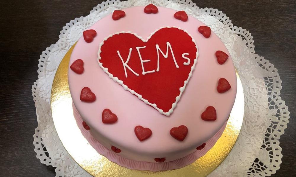Eine KEM-Torte zur Feier der Herzkissenspenden
